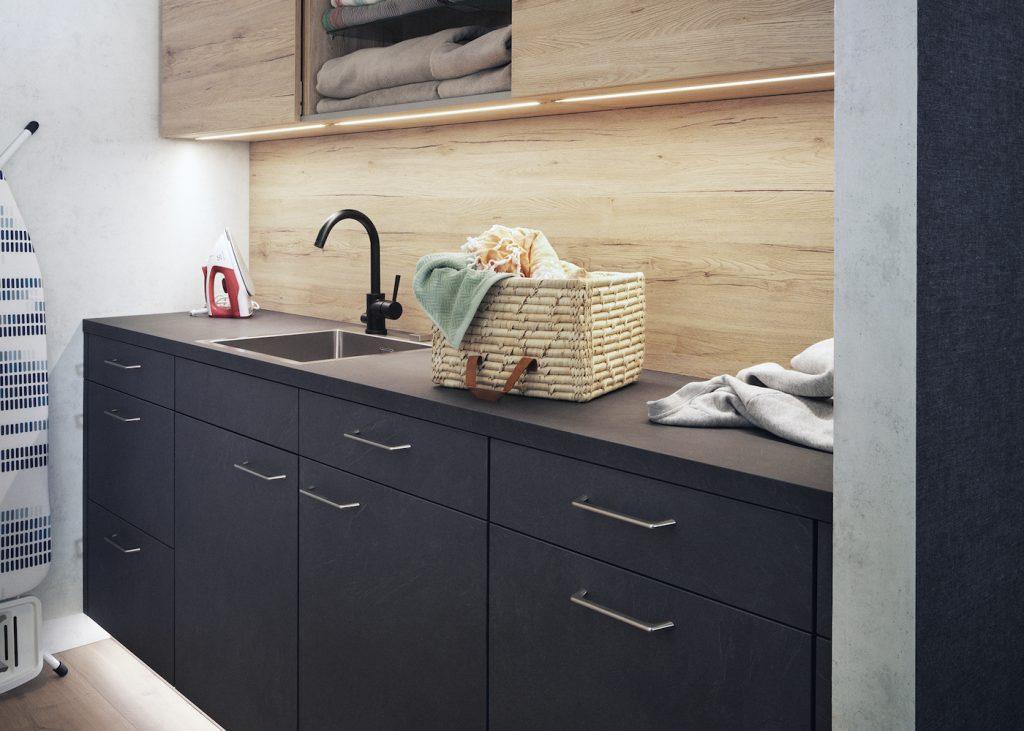 Tvättstuga, svarta luckor och svart bänkskiva, Nordanro